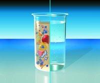 Imagen de un beaker que muestra que el efluente de una planta de bioreactor de membrana sale completamente claro y libre de bacterias