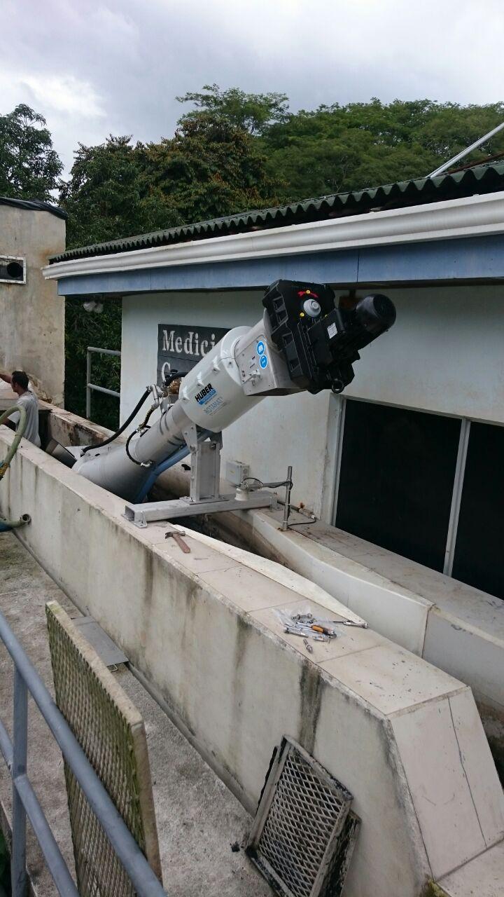 Tamiz automático de acero inoxidable instalado en canal de entrada en la PTAR El Roble de Puntarenas